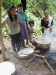 Awa Frauen beim Kochen