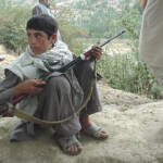 Kindersoldat Kindersoldat in Afghanistan  | Bild (Ausschnitt): ©  Robin Kirk [CC BY 2.0]  - Flickr