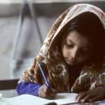 Mädchen bei Schularbeiten | Bild (Ausschnitt): © United Nations Photo [CC BY-NC-ND 2.0]  - Flickr